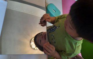 玩膠鏡面紙 - 軟軟的膠鏡面紙,平放就是鏡子,屈曲就可變成哈哈鏡,十分得意。